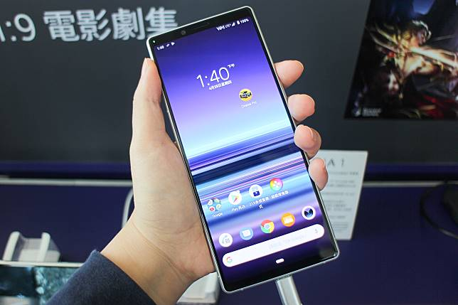 Xperia 1擁有6.5吋、21:9的屏幕,機身較為窄長,上手感覺輕巧纖薄,也能單手操作。