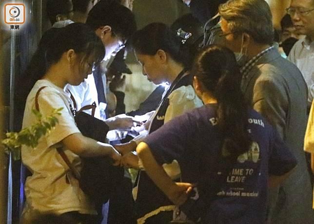 學生接受警方搜查。(黃仲民攝)