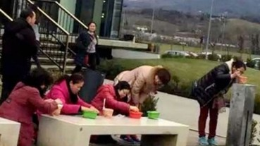 中國大媽在義大利Gucci門口大吃泡麵 網友驚呆:「熱水哪裡來?」