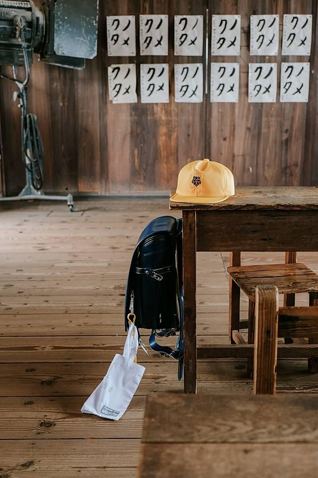 小學生標誌性的黃色帽子和硬皮書包可供借用拍照。