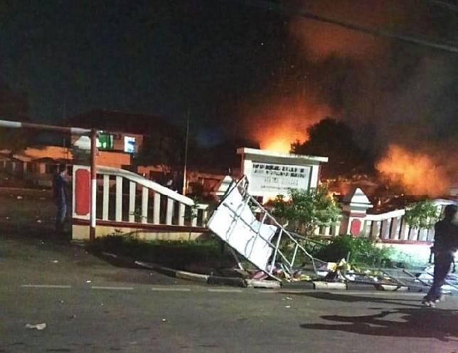 Kantor Polsek Ciracas, Jakarta Timur, dibakar massa, Rabu dinihari, 12 Desember 2018. Foto/Istimewa