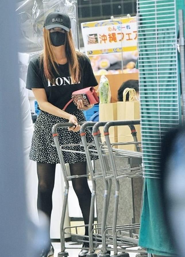 恭子上月被拍到戴黑帽及黑口罩,短裙襯黑絲獨自到巿購物。