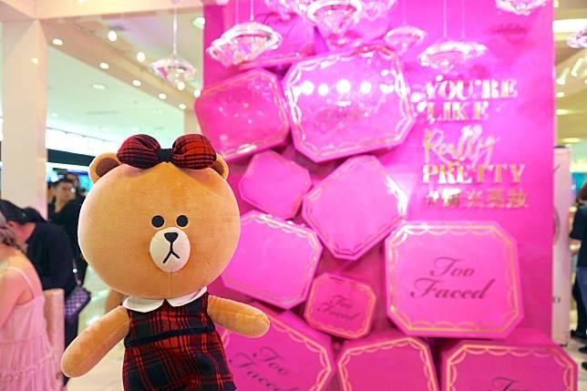 打卡位方面,踏入pop up store立即迎來的是以粉紅閃鑽佈置的巨型拍照區。