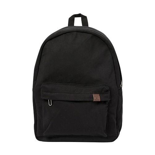 這是一種基本款式的背包,讓您在學校、工作中或旅行時可以攜帶大量的書籍、文件和其他用品。由黑色織物製成,具有現代感,因此可以輕鬆與各種時尚物件搭配。由棉製成,因此手感很好,前袋飾有棕色皮革,外觀獨特。背