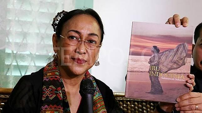 Sukmawati Soekarnoputri menunjukkan bukunya yang berjudul
