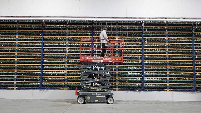 Blockchain Mining, perusahaan asal Israel baru-baru ini membeli solusi penambangan crytocurrency milik Kanada, Backbone Hosting Solution bernama Bitfarms. (dok. REUTERS/Christinne Muschi)