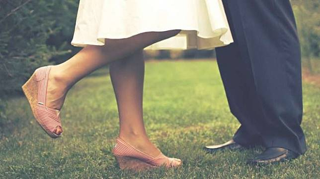 7 Tips Berciuman Jika Pasangan Pakai Kawat Gigi