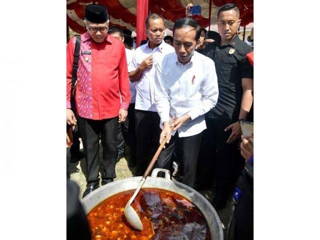 Jokowi Cicipi Kuah Beulangong di Kenduri Kebangsaan