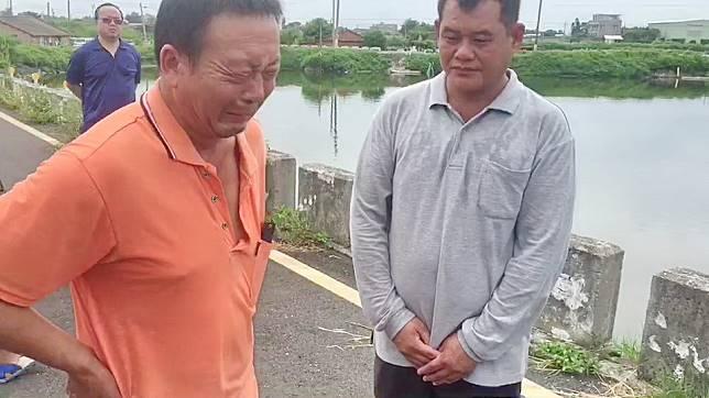 死者父親(左)看見地面的血跡,不禁痛哭失聲,一旁的包商面色凝重地致歉。記者蔡維斌/攝影