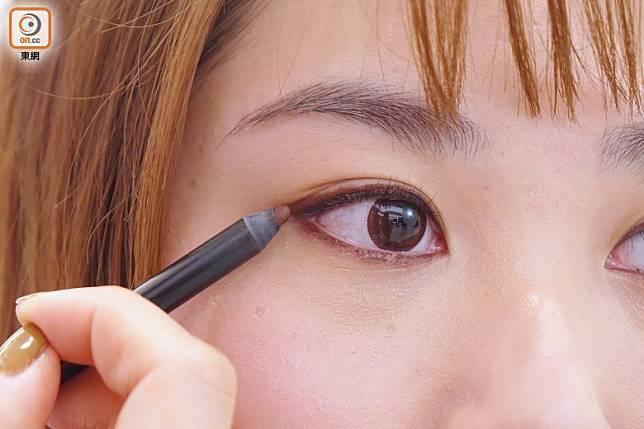 Step 2:用啡紅色眼線筆畫上下內眼線。(胡振文攝)