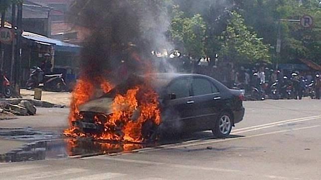 Ilustrasi mobil terbakar yang menjadi penyebab adanya recall
