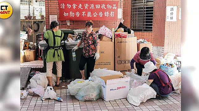 譚女說蔡男一個禮拜只給她500塊買菜錢,她只好在社區收垃圾賺一點零用錢。圖/CTWANT提供
