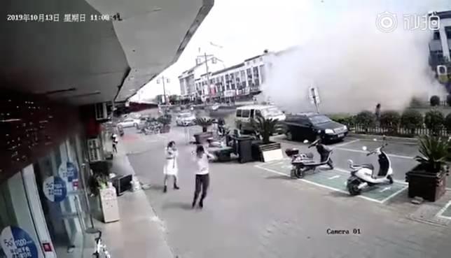 ▲若走在路上突然看到氣爆,狂暴的場景和巨大的聲響,鐵定會嚇得「手足無措」。(圖/翻攝自影片)