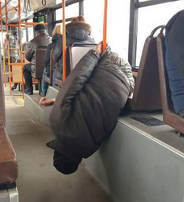Orang lucu di kendaraan umum