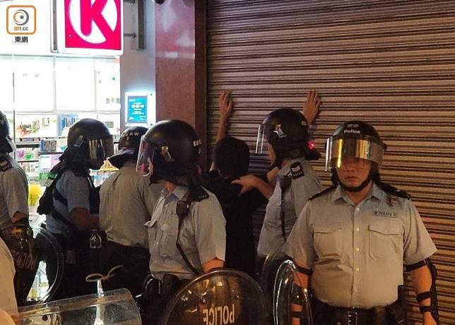 警員於弼街截查一名男子。(劉志城攝)