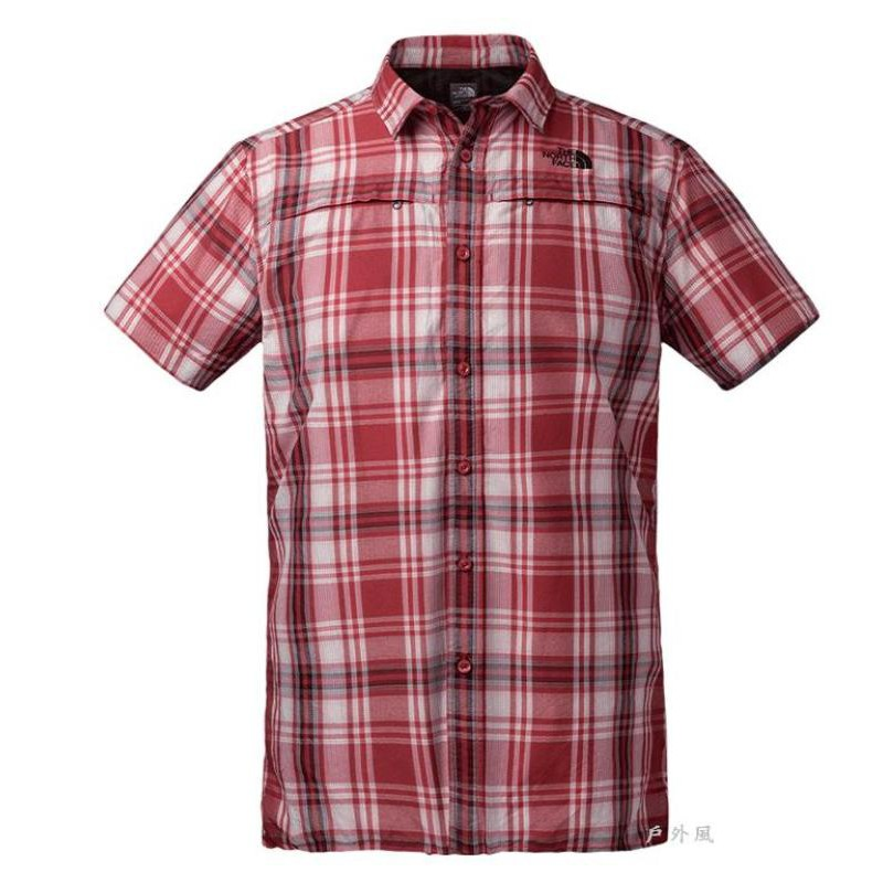 【戶外風旗艦店】The North Face 材質: 84 g/m² 55%尼龍, 45%聚酯纖維 特色: 極其透氣的短袖襯衫,專為戶外運動設計,透氣排汗抗紫外線指數UPF20 網布設計透氣通風,讓您