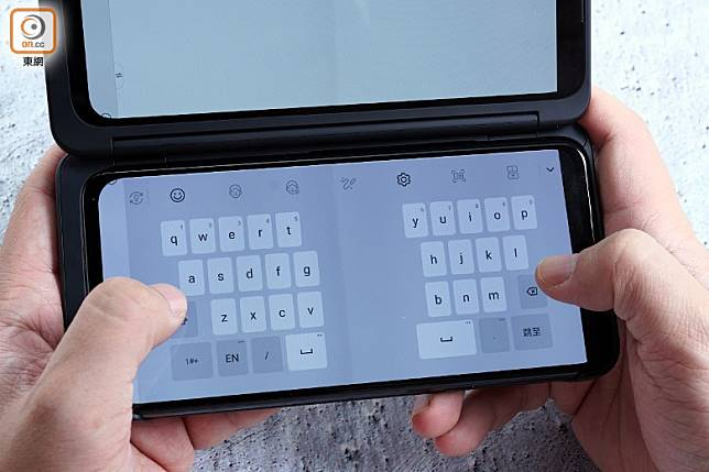 橫置時鍵盤會自動切開兩邊,設計細心。(方偉堅攝)