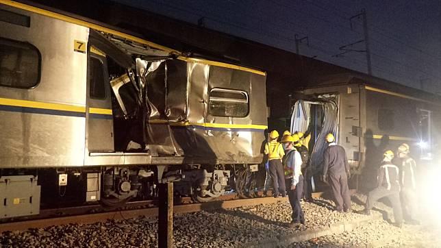 台鐵和運安會漏夜會勘出車禍的區間車,第七節車廂在車禍擠壓中疑側撞貨車,凹陷嚴重。記者林保光/攝影