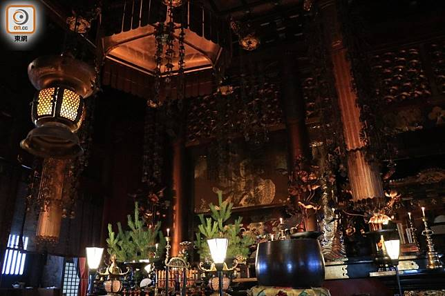 本堂內陣的瑠璃壇安放着阿彌陀三尊像,每日參拜者眾。(李家俊攝)