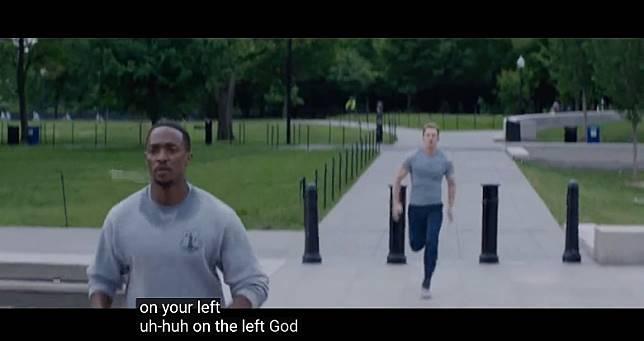 《美國隊長2》中,每次美隊跑過飛隼都暗寸對方:「On your left!」,只不過今次論到飛隼說出了!(互聯網)