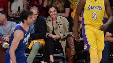 百搭經典!神力女超人蓋兒加朵《最新穿搭》英倫休閒風現身NBA!