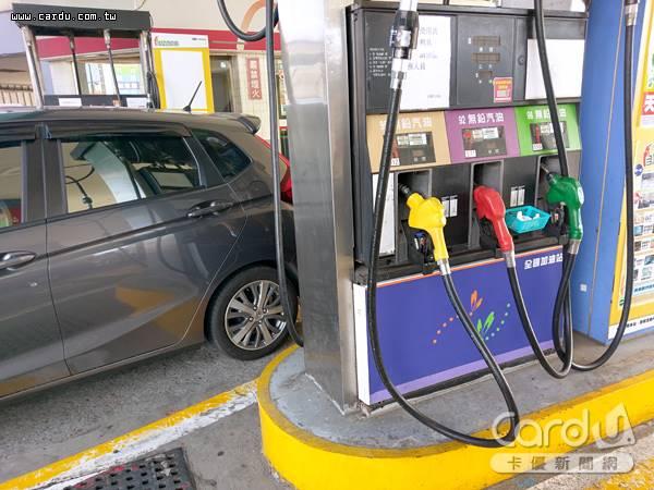 國內油價本週起止漲調降0.1、0.2元,開車族不必急著出門加油,可以好好度過週日假期(圖/卡優新聞網)