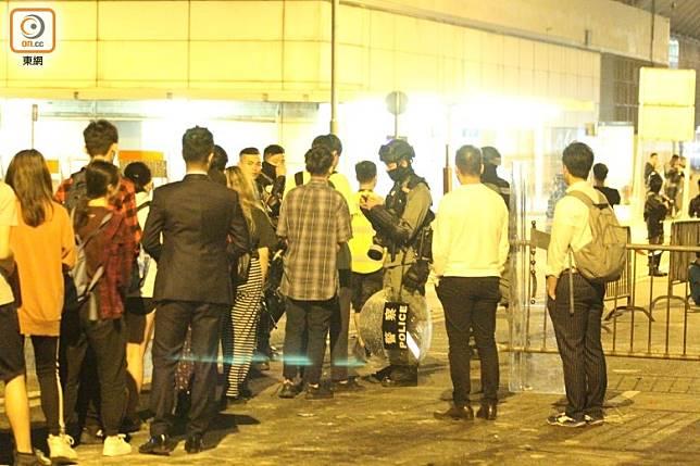 陸續有學生被帶到警察防線登記。(袁以諾攝)