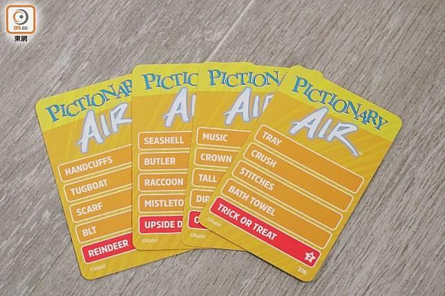 Pictionary Air,利用手機鏡頭拍下玩家的動作,程式會分析畫筆發光部分再顯示移動路徑。(莫文俊攝)