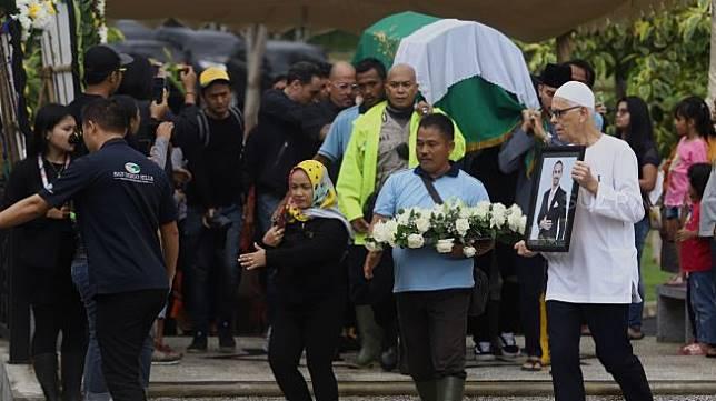 Jenazah  Ashraf  Sinclair tiba di kompleks pemakaman San Diego Hills, Karawang, Jawa Barat, Selasa (18/2).. [Suara.com/Angga Budhiyanto]