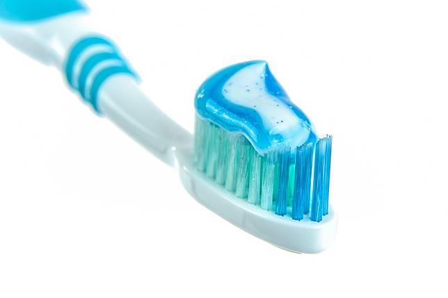 塗抹牙膏可以治痘痘?  醫師警告這些成分恐害你臉遭殃