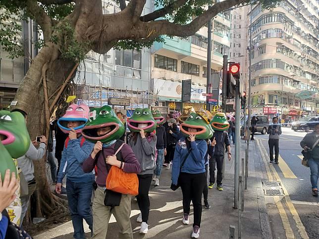 一批參與遊行的人士,戴著PEPE及連登豬頭套出席。