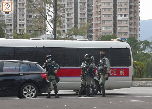 防暴警在大埔太和路戒備。(張世洋攝)