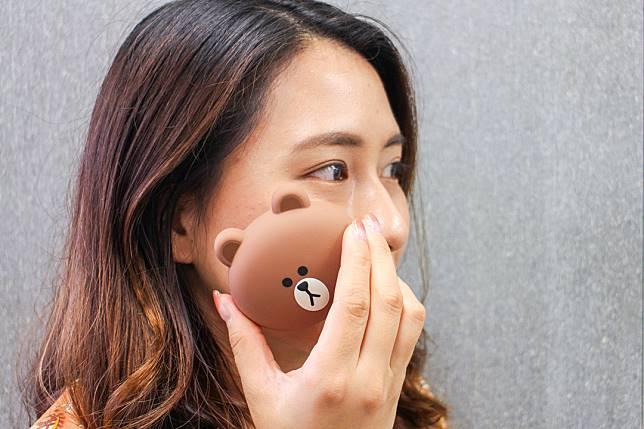 記者親身試用感覺溫和,而且矽膠面積夠大,能迅速洗淨全臉,省時又省力。