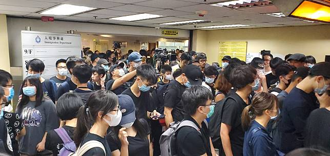 大批示威者示威者在入境大樓高叫口號。