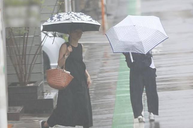 落雨天照外出。