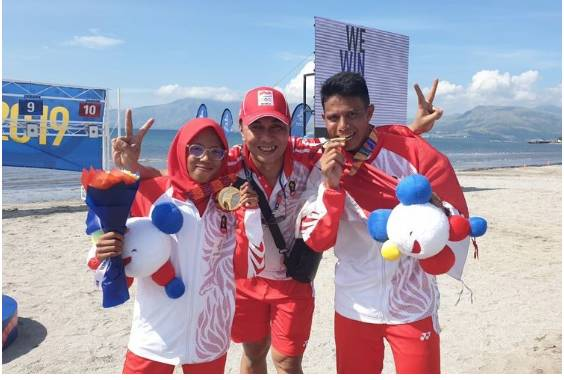 Dea Salsabila Putri (kiri) dan Muhammad Taufik (kanan) usai meraih medali emas di cabor modern pentathlon di SEA Games 2019 di Subic Bay Boardwalk, Kamis (5/12/2019). (DOK: Pentathlon Indonesia)  Artikel ini telah tayang di Kompas.com dengan judul