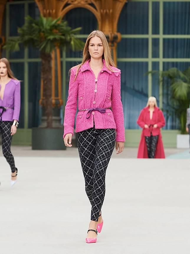 招牌Tweed Jacket推出多個新版本,包括反領設計。(互聯網)