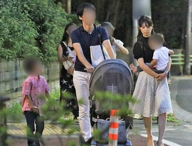 小倉優子前年底帶着與前夫所生的兩子,與牙醫老公再婚。