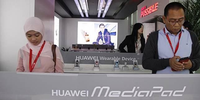 Pengunjung tengah mencoba berbagai produk Huawei di Headquarter Huawei Technologies Co.Ltd di Bantian, Shenzhen, RRC, Kamis (20/10/2016).(Estu Suryowati/Kompas.com)