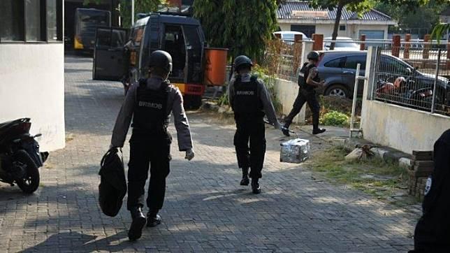 Petugas mengevakuasi benda mencurigakan yang ditemukan di halte BRT Jalan Doktor Sutomo, Semarang (15/7)