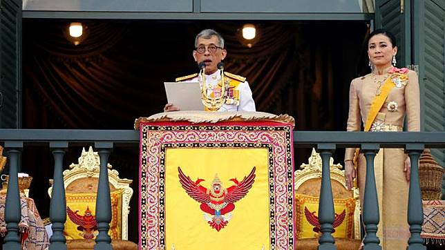 Thailand's newly crowned King Maha Vajiralongkorn and Queen Suthida are seen at the balcony of Suddhaisavarya Prasad Hall at the Grand Palace, where the King grants a public audience to receive the good wishes of the people in Bangkok, Thailand May 6, 2019. Thailand began the third and final day of coronation ceremonies for King Maha Vajiralongkorn, who will meet foreign diplomats and greet his subjects from atop a balcony. REUTERS/Soe Zeya Tun