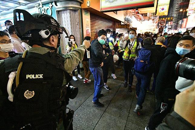 旺角警員驅趕聚集人群。