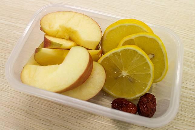 將蘋果和檸檬切片。