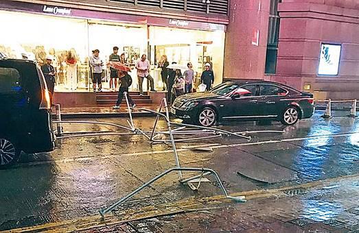 ■霎東街有鋁架墮街擊中汽車。