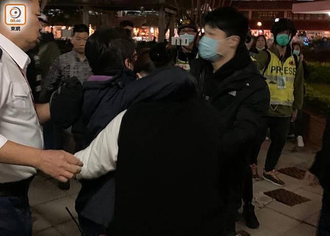 懷疑阻止居民進入大廈的女保安員(圖中)被居民指罵。(陳家明攝)