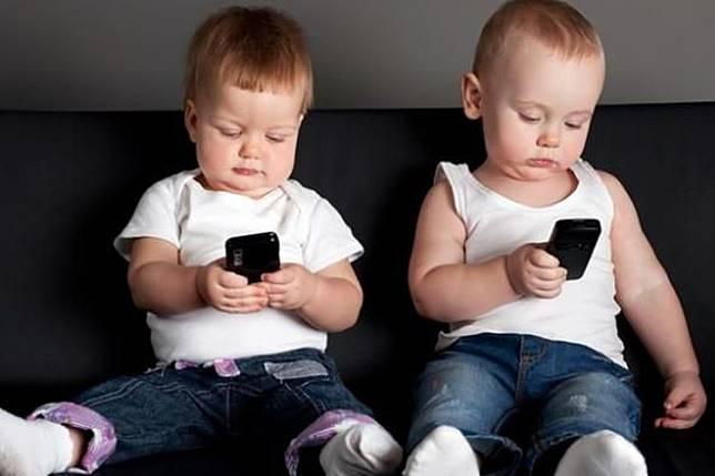Ilustrasi penggunaan ponsel oleh anak-anak.(SHUTTERSTOCK)