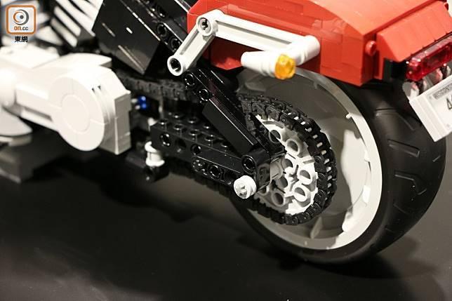 轉動後輪便能看到雙缸引擎的活塞連動動作。(盧展程攝)
