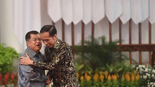 Presiden Joko Widodo (kanan) berpelukan dengan Wakil Presiden Jusuf Kalla (kiri) dalam acara silaturahmi kabinet kerja di Istana Negara, Jakarta, Jumat (18/10).  [ANTARA FOTO/Akbar Nugroho Gumay]