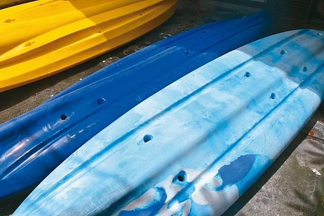 花蓮業者游浩煒旗下的廿六艘獨木舟人遭惡意從船底鑽洞,十七名遊客差點發生意外,警方已調閱監視畫面積極偵辦。