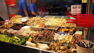 西門町美食推薦師園鹽酥雞啤酒口味多種,內用氣氛佳彷彿回到了70年代的路邊攤,聽著粵語歌搖擺!
